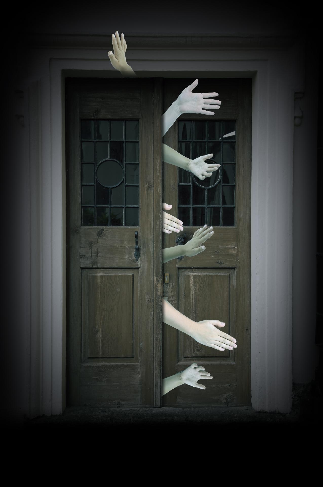 ドアからたくさんの手