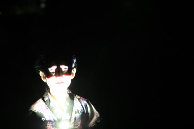下からライトで顔を照らす子供