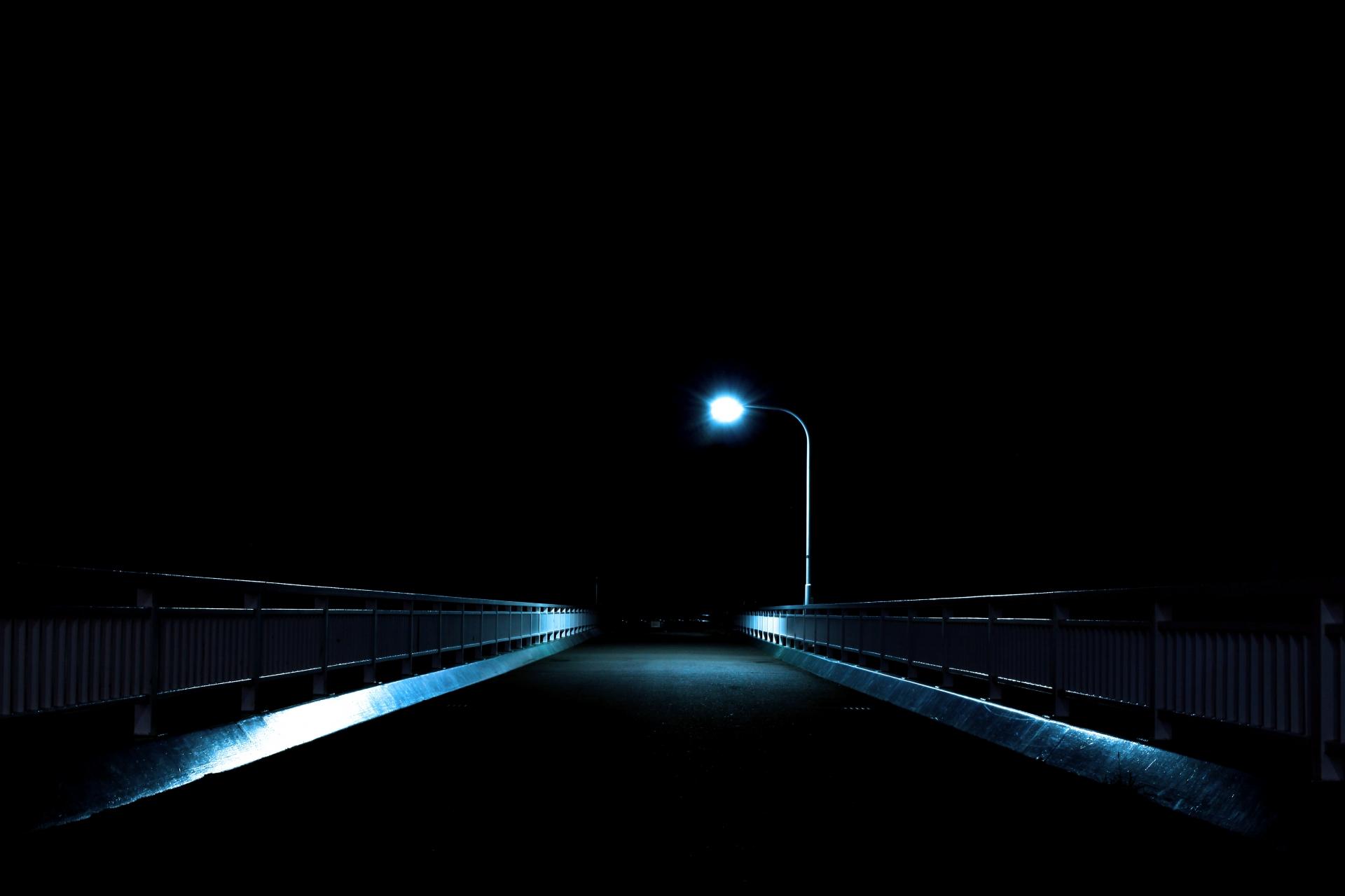 ライトに照らされる橋
