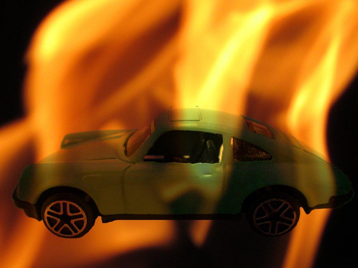 車が燃える