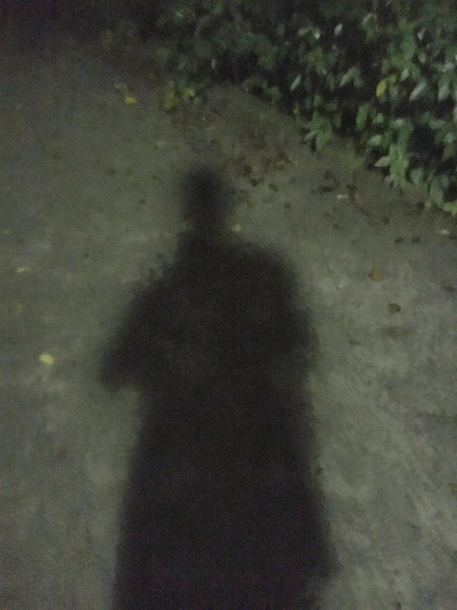 地面に映る影