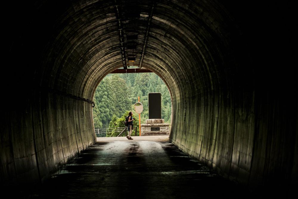 バックパッカーの女性とトンネル