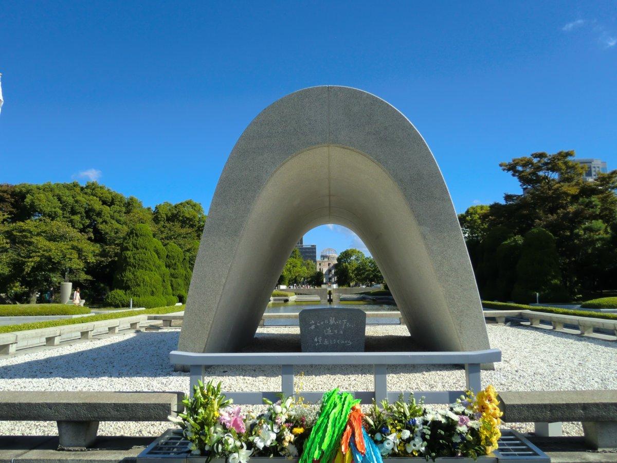 広島平和記念公園の原爆死没者慰霊碑