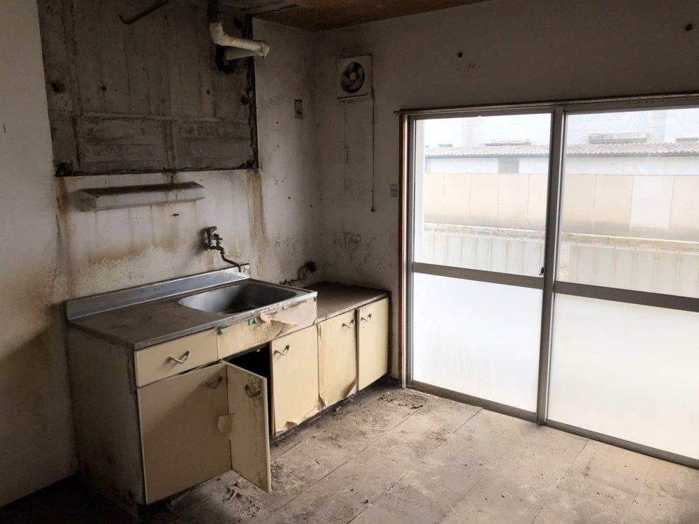 廃れた団地のキッチン