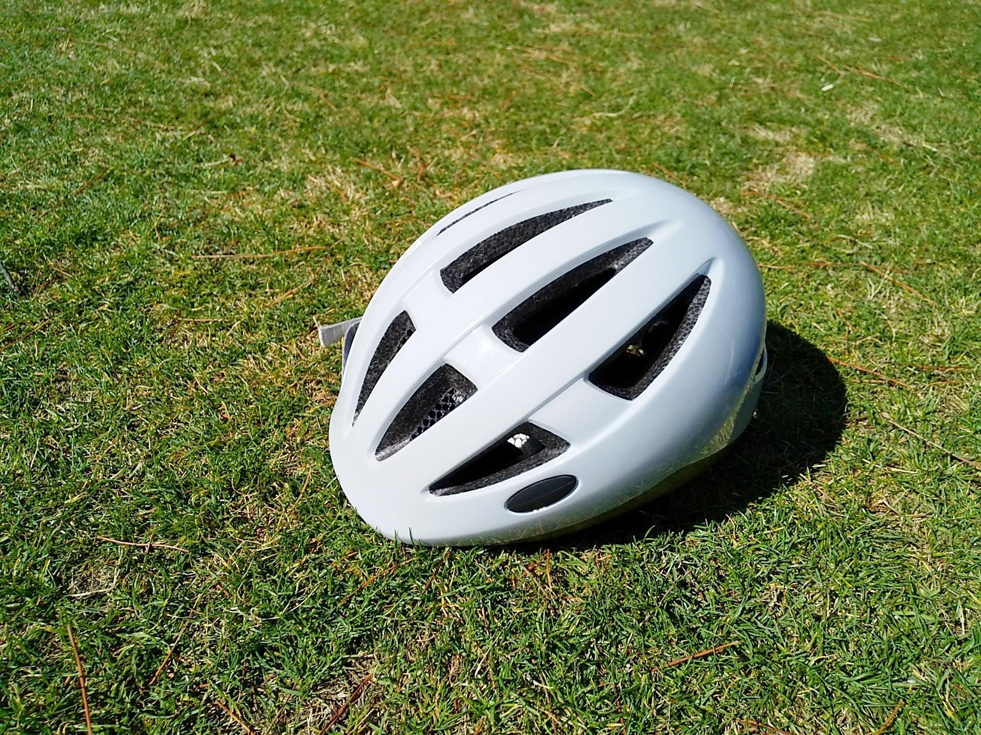 芝生の上のヘルメット