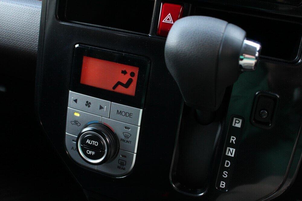 車内のシフトレバー