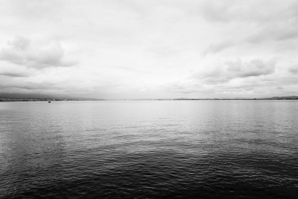 モノクロの湖のイメージ