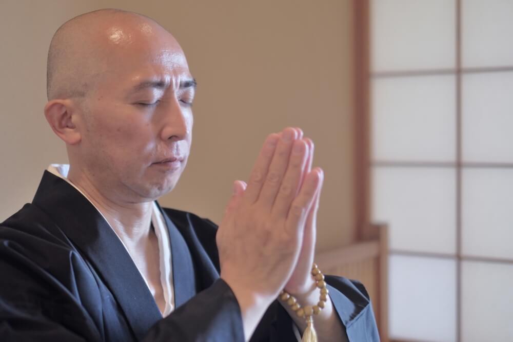 合掌する日本人僧侶