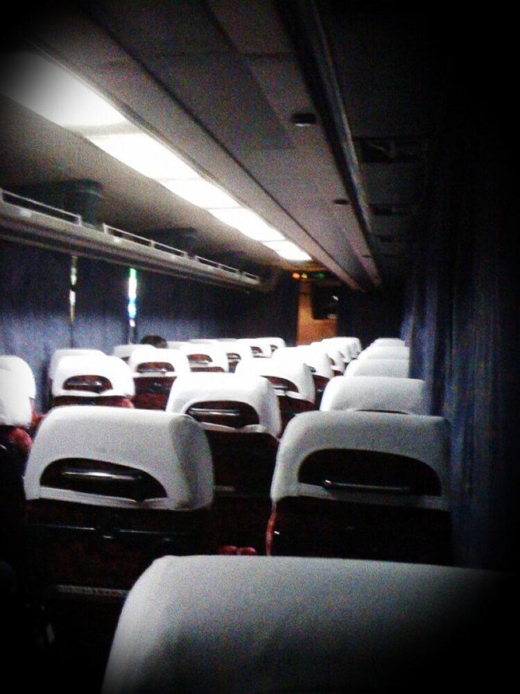 深夜の夜行バスの車内