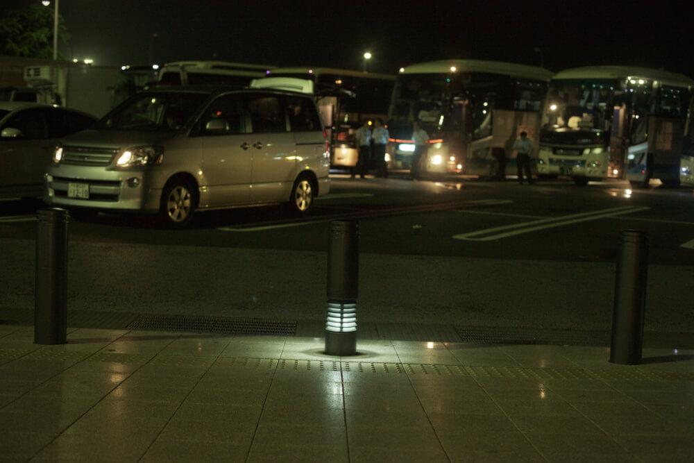 夜のサービスエリアの写真