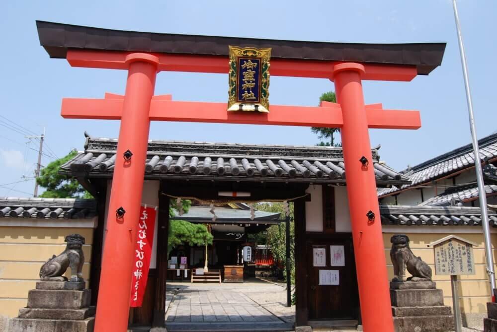 御霊神社の鳥居の写真
