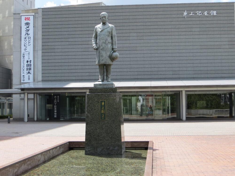井上円了の銅像の写真