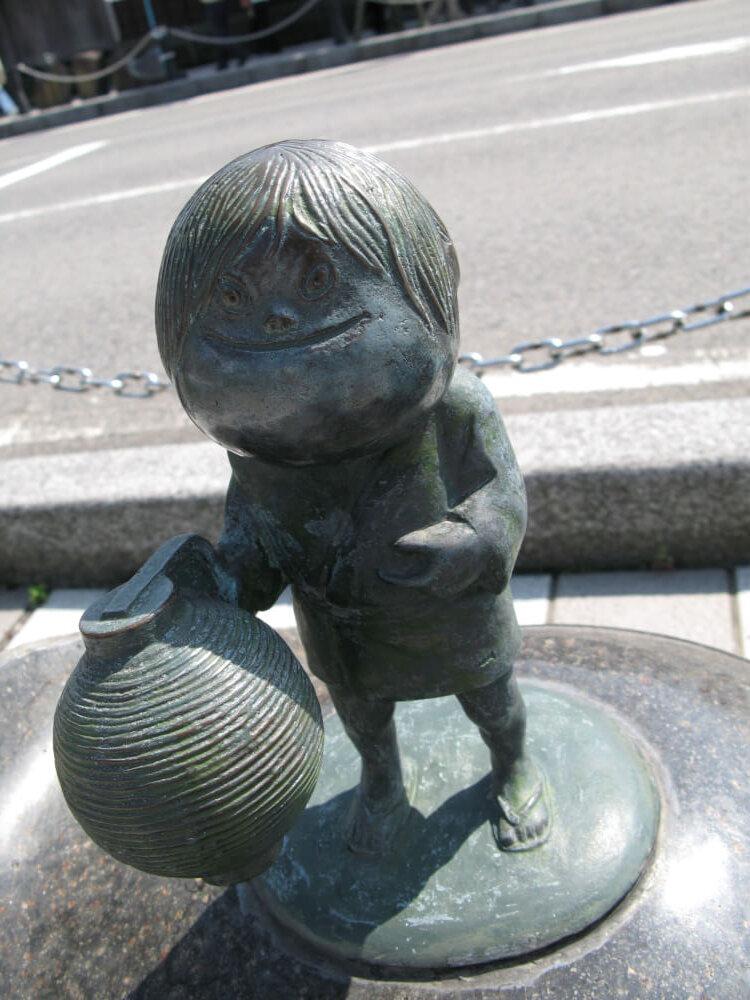 提灯小僧のブロンド像の写真