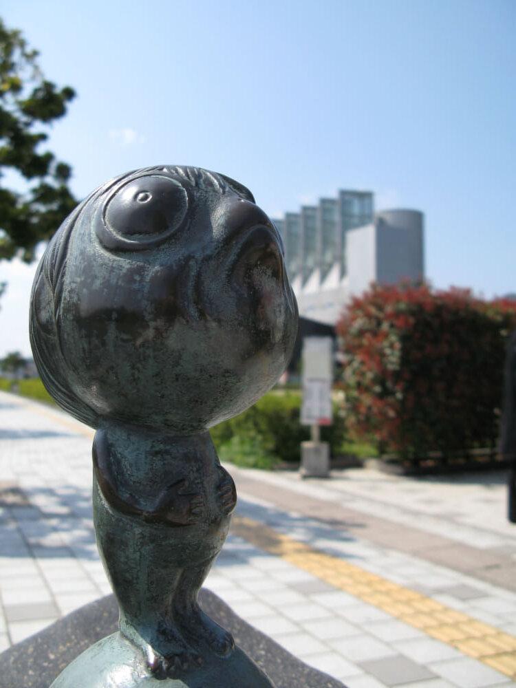 浪小僧のブロンド像の写真