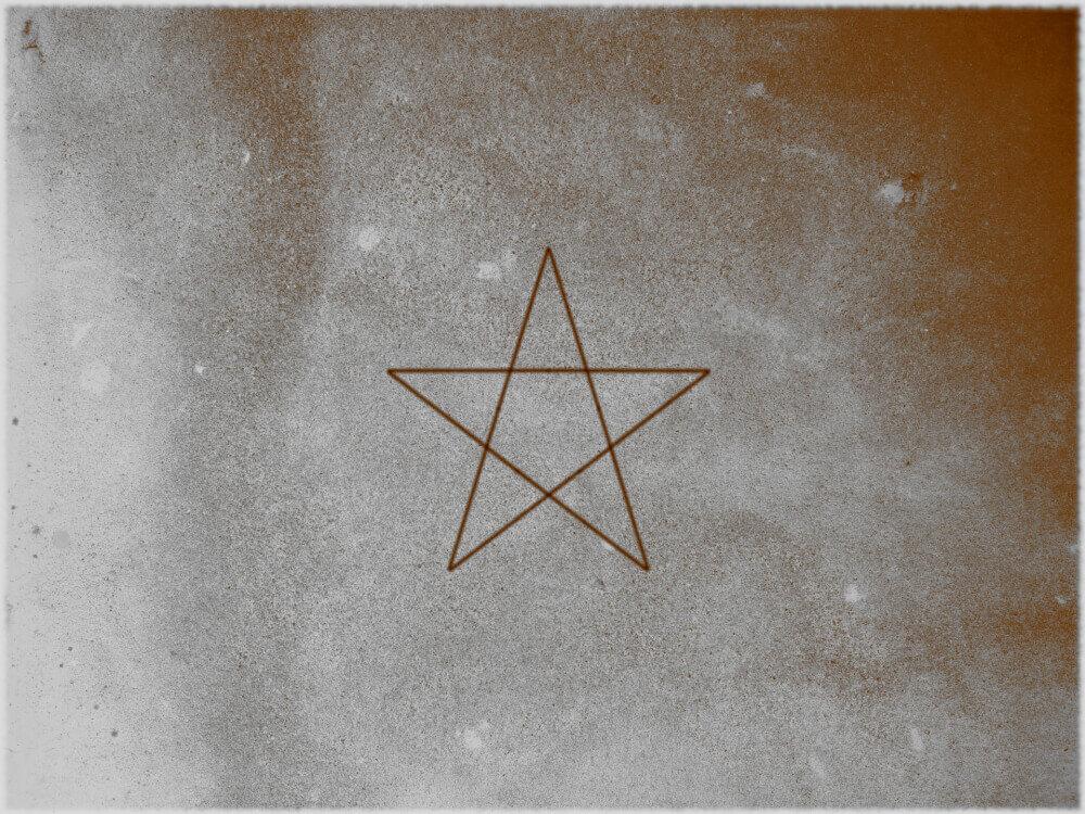壁に描かれた五芒星の画像