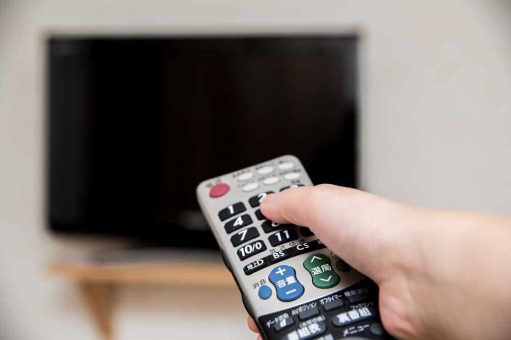テレビとリモコンの写真